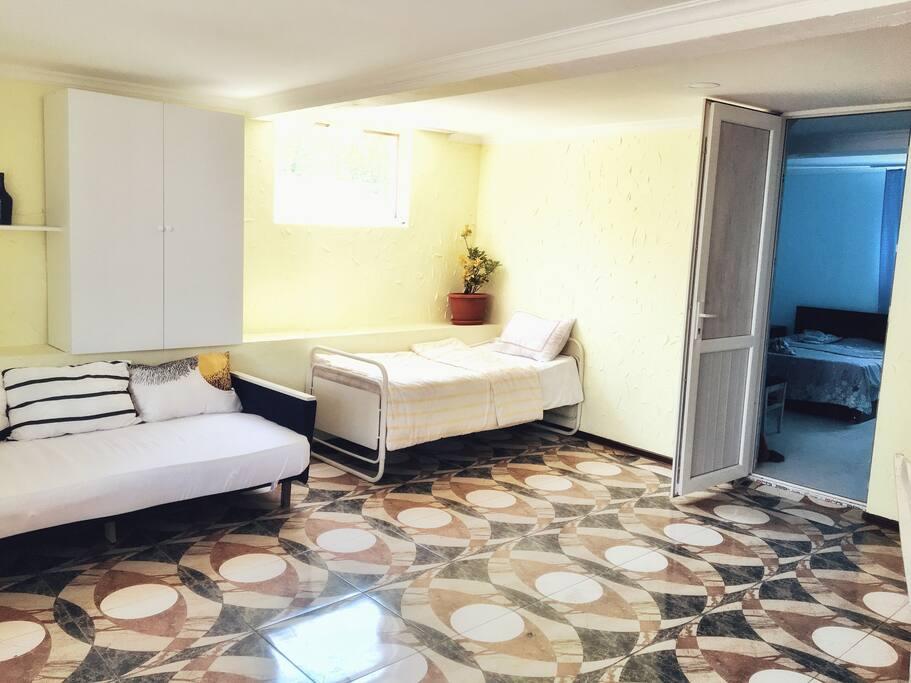 Диван-кровать, односпальная кровать и вход в спальную комнату