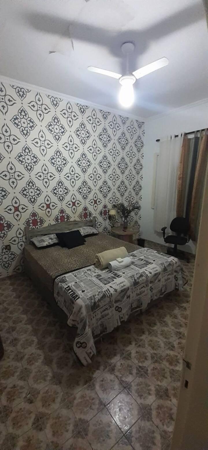 Quarto cama de casal banheiro compartilhado