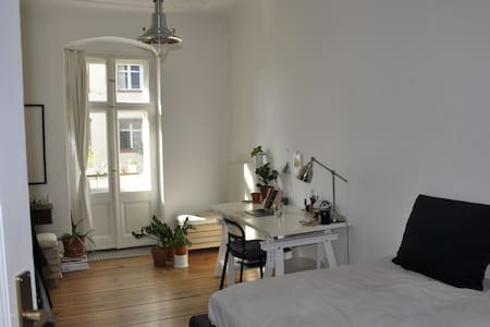 Cosy room with balcony in trendy Neukölln