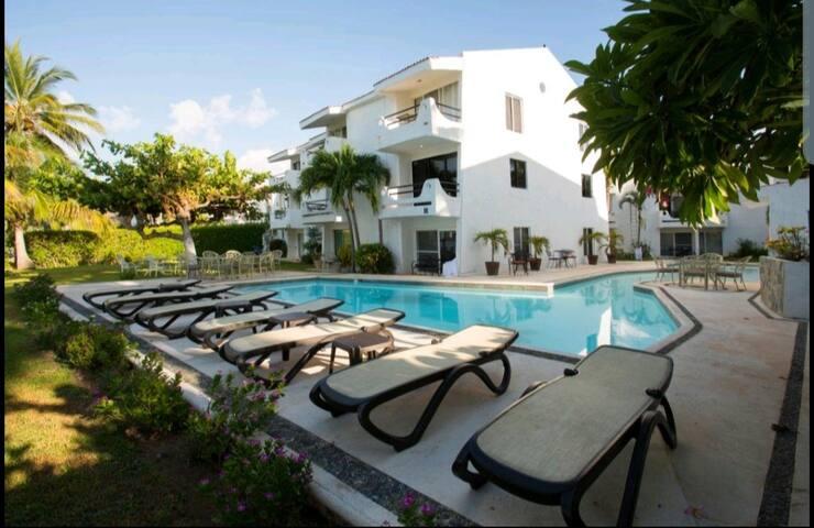 Cancun Hotel Zone Beaches area near cocobongo B1.