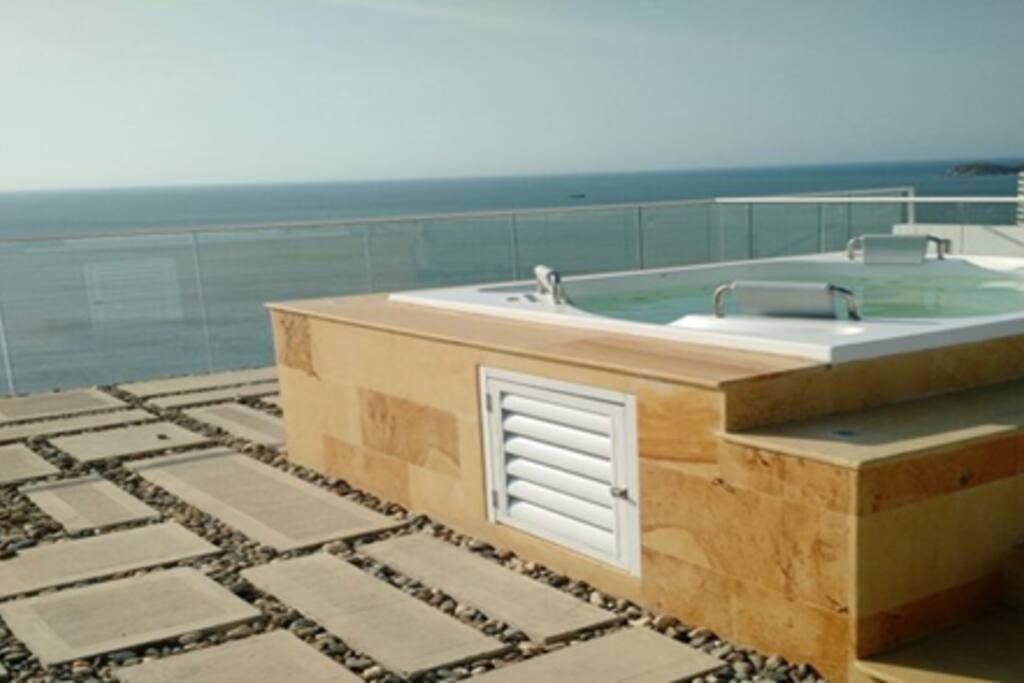 Jacuzzi piso 19 y vista al mar / 19th floor Jacuzzi and Ocean View