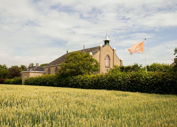 Een vakantiehuis in een zeer buitengewoon kerkje. - Oosterbierum - บ้าน