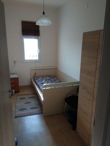 Το ένα από τα δύο συνολικά υπνοδωμάτια.