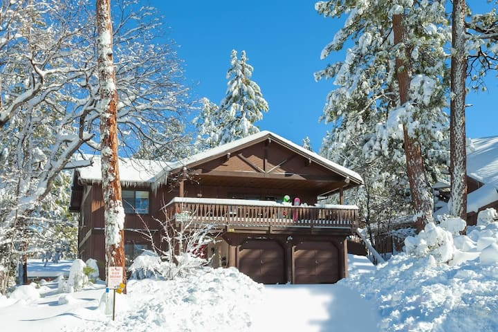 Mancave - Steps to Snow Summit. Huge Game Room. Minutes to Lake and Village.