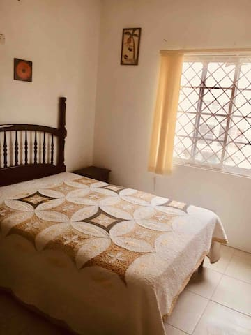 Private spacious luxury apt - hills close to Kgn