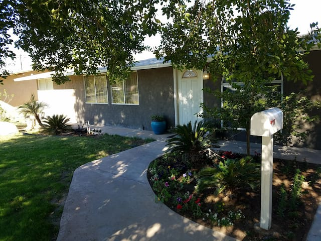 NEW 5 STAR HOST HOME RENTAL RETREAT- 3BD/3BA1800sf
