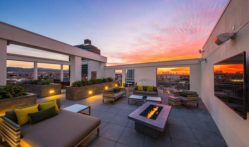 Astounding Miracle Mile/ WeHo Apt Spectacular View