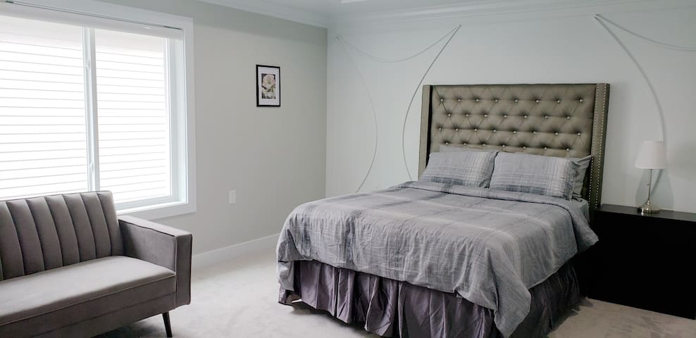 Cozy masterbedroom for your stay close by skytrain