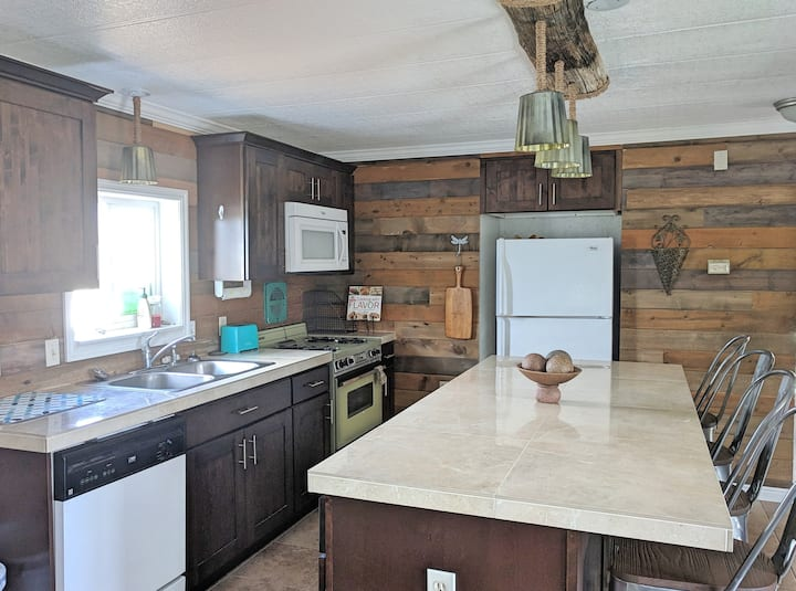 5 Bedroom Home 20 minutes from North Shore