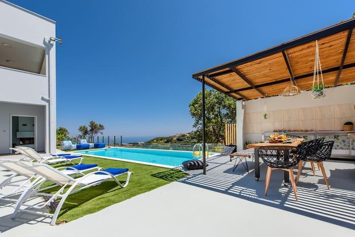 Superb 5bdr villa,stunning views, pool,BBQ, gym!