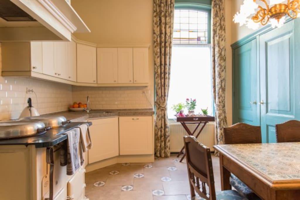 Ontbijt in deze sfeervolle keuken, waar gekookt wordt op een originele AGA