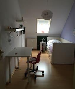 Kleines, süßes Zimmer in ruhiger, zentraler Gegend - Norderstedt
