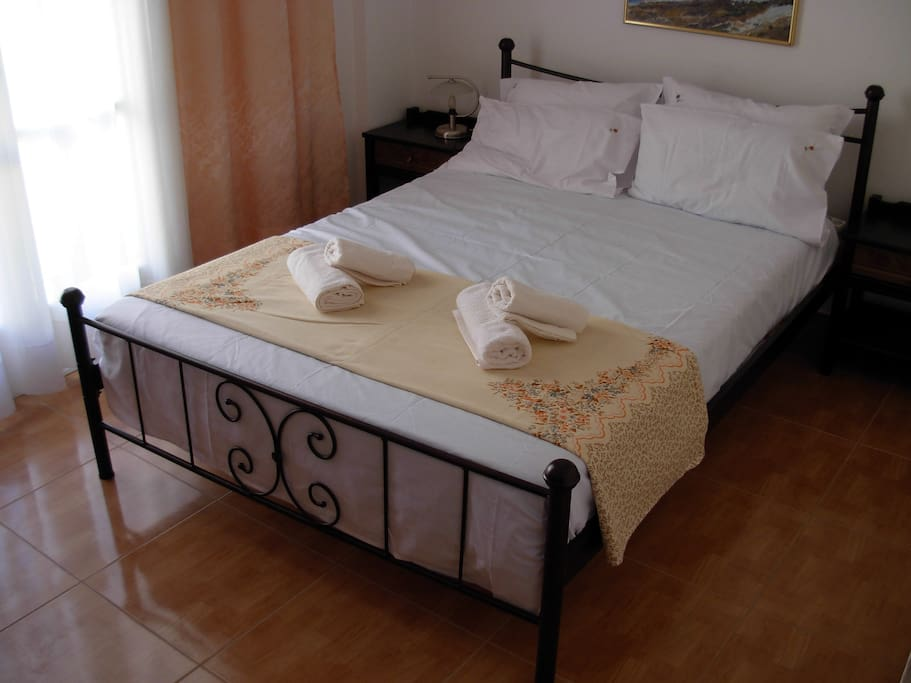 Bed in bedroom 1 (a)