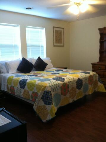 Nature Lover's Bedroom! King Size Bed - 2 Guests! - Albany