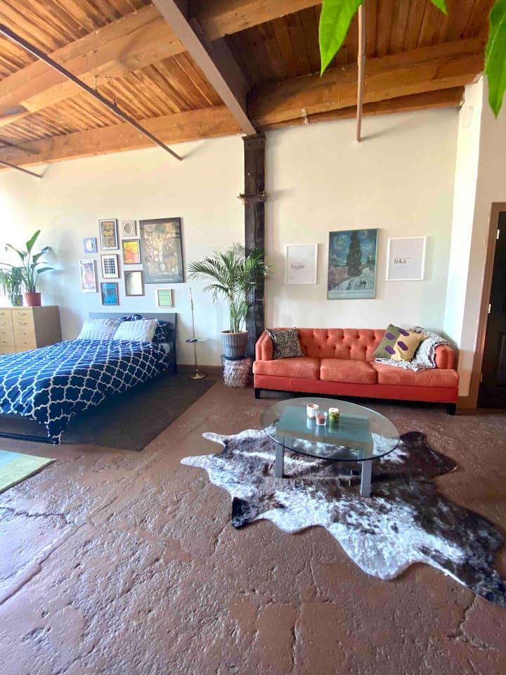 Relaxed getaway in dreamy boho loft (Corktown)