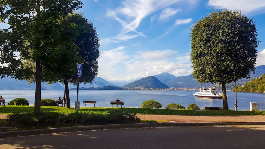Lungolago (promenade along the lake) is steps away from the apartment.