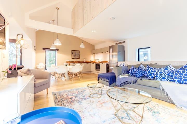 The Cliffside Chalet - Warm 3BDR Riverside Home