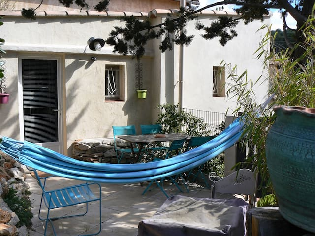 La terrasse, table, chaises, transat et hamac
