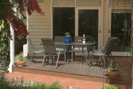 A comfortable family home 30 minutes from CBD - Essendon - Ház