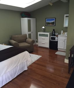 Cute! Cozy! Great light and ideal for one person! - Oakland - House