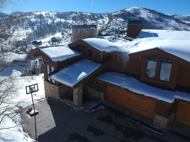 Deer Valley Retreat-6BD- 12PPL- hot tub, mins2ski