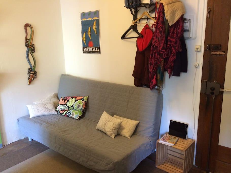 L'entrée avec un canapé lit de 140cm