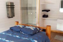Chambre 2 avec douche