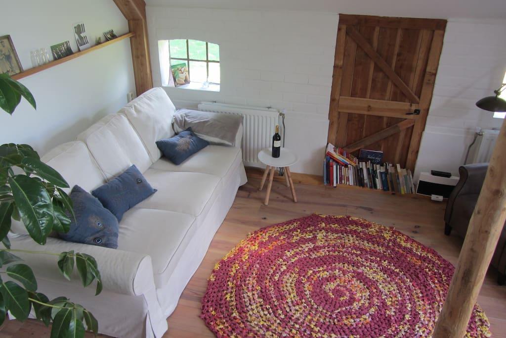 woonkamer met ruime bank om te bouwen tot 2 persoonsslaapbank