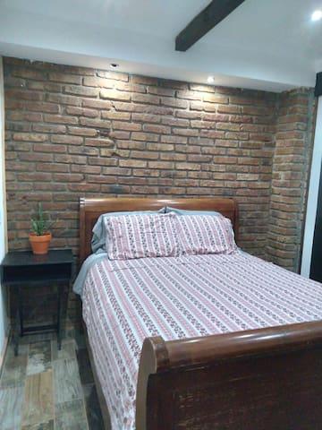 Cómoda cama Queen size en un ambiente rústico con la comodidad de la modernidad, amplia cómoda y clóset para resguardar tu ropa. Sabanas, duvet y cobijas disponibles.