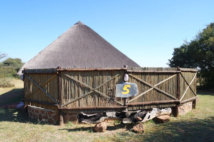 Kwalata Lodge - Thatched chalet, ensuite bathroom