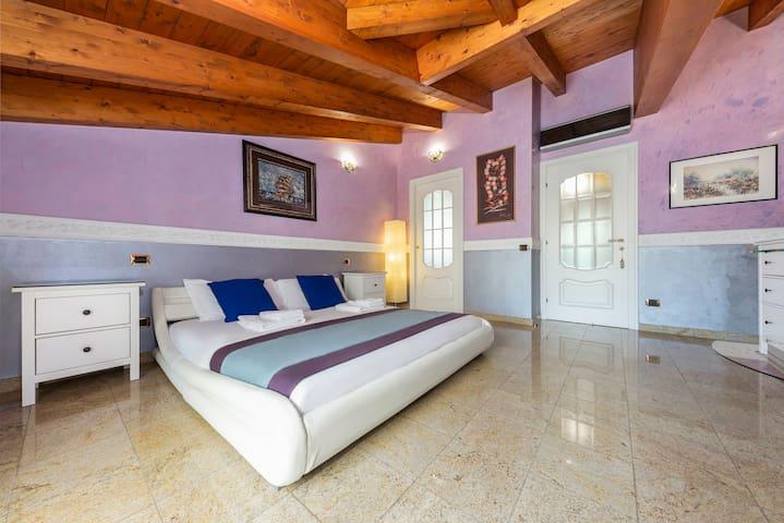 The bedroom N.1. (with wardrobe room). La camera da letto N.1 (con cabina armadio).