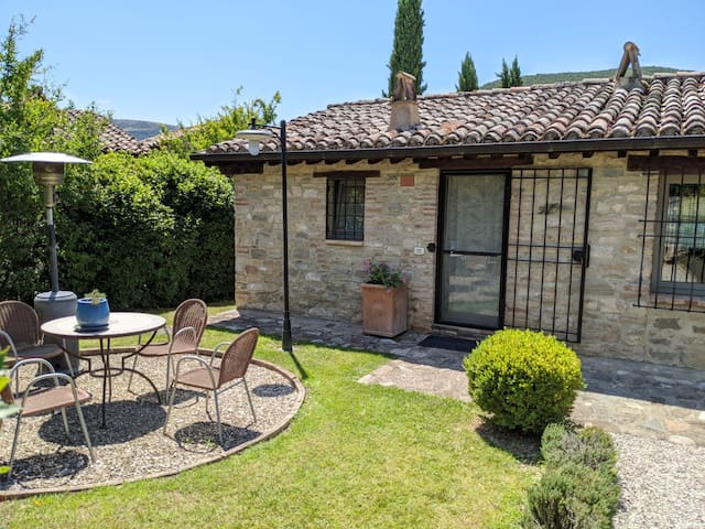 Charming poolside cottage in the Umbrian hills