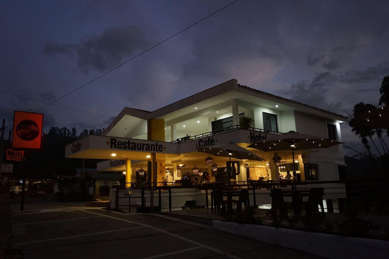 Hotel, café y restaurante que refleja la temática del paisaje cultural cafetero con amplias zonas verdes, cerca a la quebrada Boquia, ubicado estrategicamente para realizar actividades de naturaleza, como caminatas, cabalgatas, recorridos en bicicleta y por fincas cafeteras, entre otros.