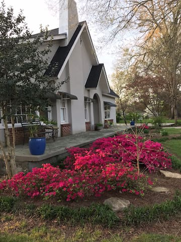 Tiny Apt. attached to Historic Home 30min to Chatt