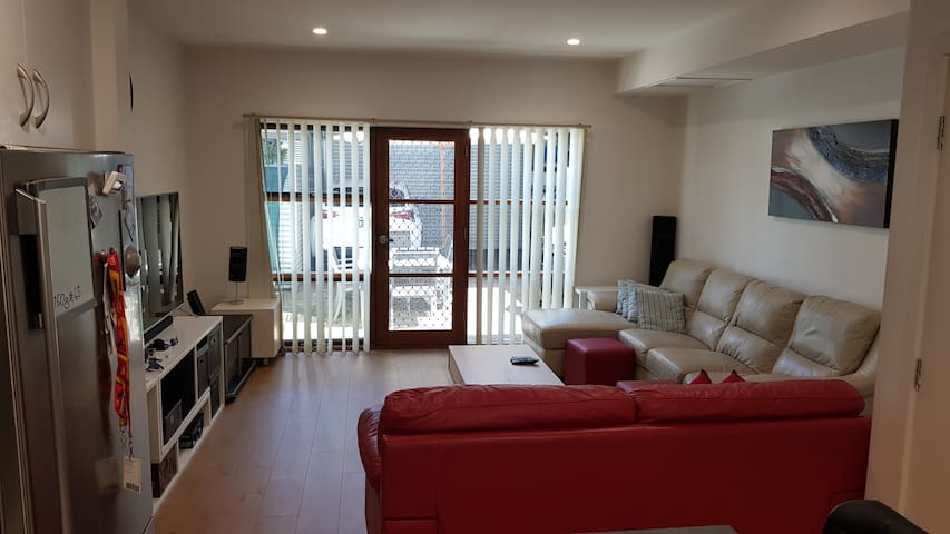 PERFECT LOCATION /  CBD Townhouse (shared)