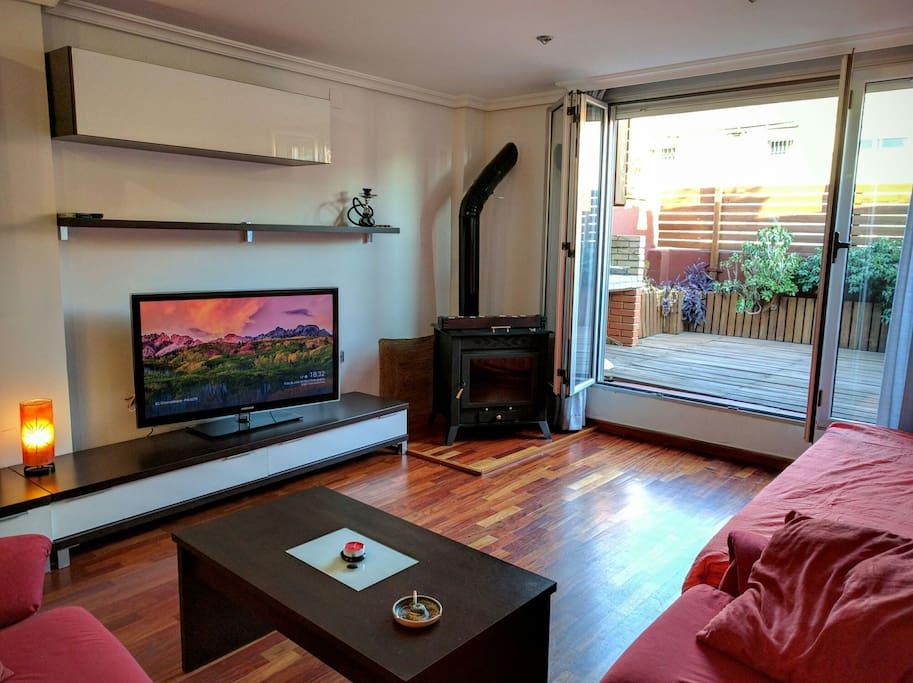 Salon con TV de 46 pulgadas. Chimenea y terraza.