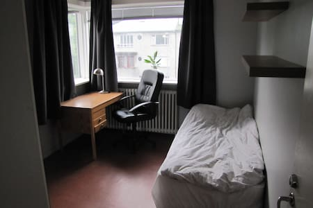 Quiet spot close to center. Free parking fast wifi - Reykjavík