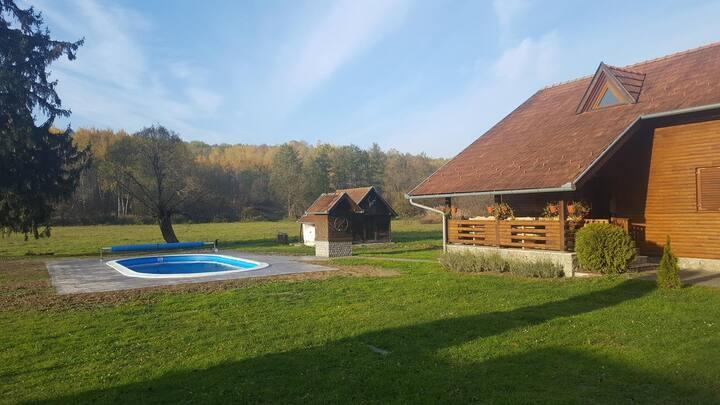 Vikend kuća s bazenom za odmor