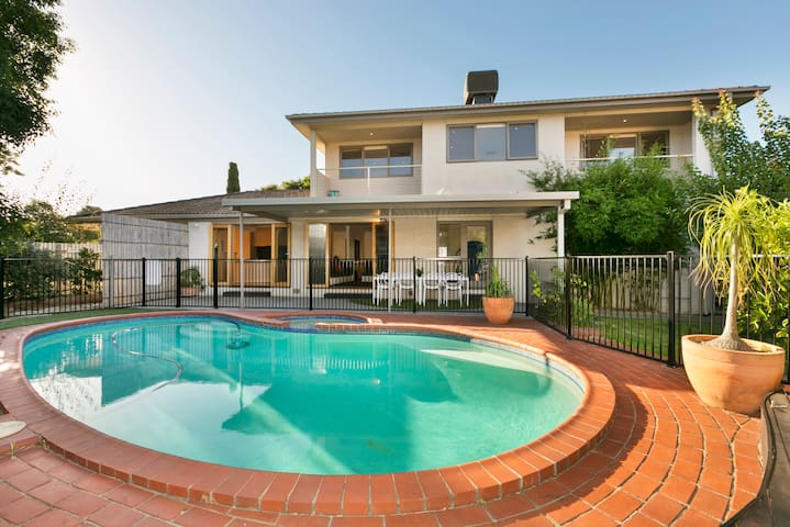 Little Paradise in a Quiet Crt - Glen Waverley - Talo