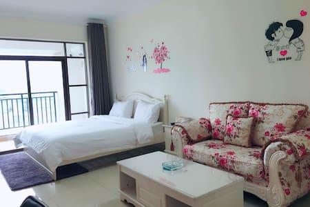 舒适温馨大床房/双床房,带厨房,吧台,浴缸,阳台河景风光公寓套间 - Qingyuan
