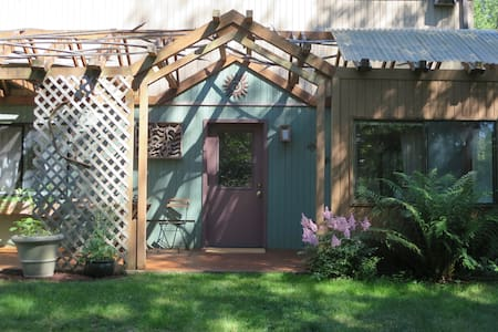One bedroom garden studio in  rural paradise. - Townhouse