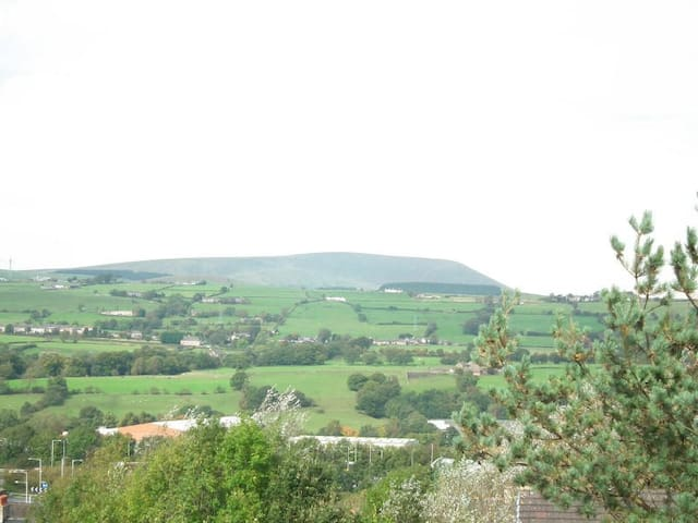 2 Bedroom Flat with Beautiful Views of Pendle Hill - Brierfield - Huoneisto