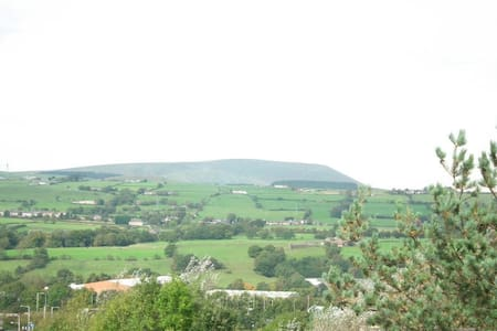 2 Bedroom Flat with Beautiful Views of Pendle Hill - Brierfield - Lägenhet