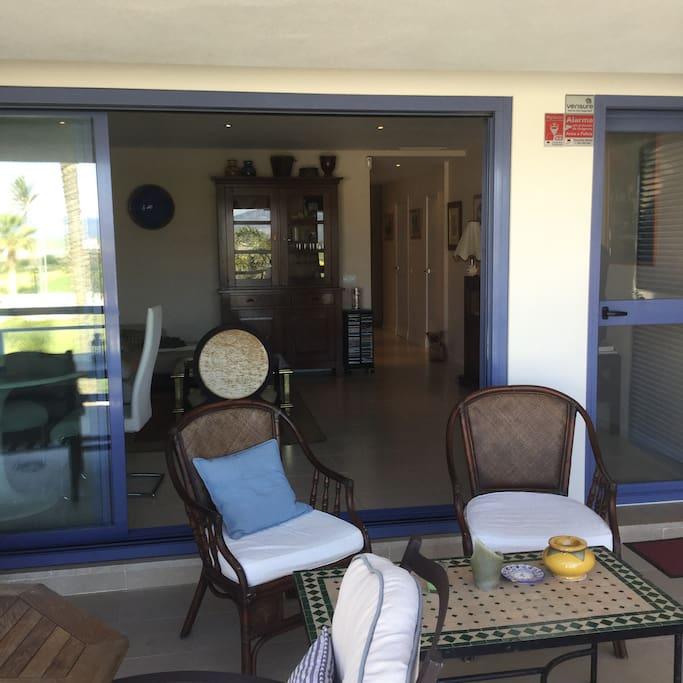 Terraza principal acceso desde el salón ,vista piscina,campo y mar