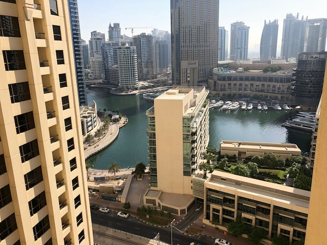 JBR: Causy & perfectly located from beach and tram