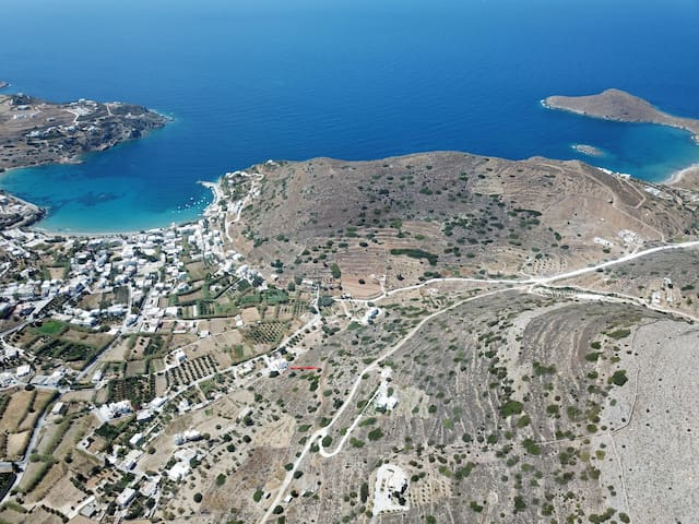 the red arrow indicates the location of the 2 beaches country house situated among the 2 best beaches of Syros island, (delfini and kini)
