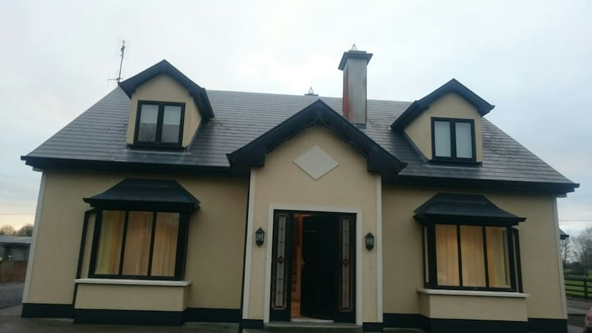 Beautiful 2bd house with parking - Claregalway - Domek parterowy