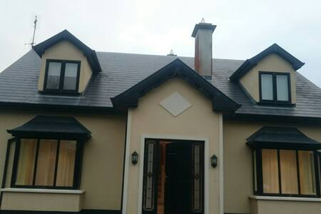 Beautiful 2bd house with parking - Claregalway
