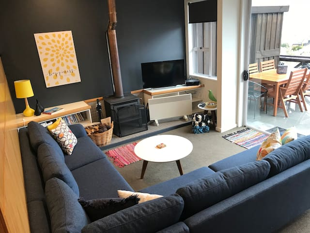 Fab retro decor - unlimited WiFi - DVD collection - SkyTV with sport - RELAX...