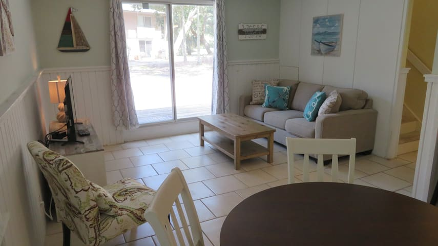 Coligny Beach-Villa is steps to Beach and Plaza 2D